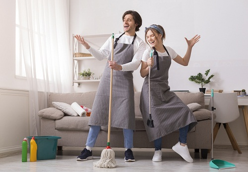 Nettoyage professionnel avec un balai trapèze avec manche